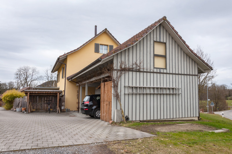adrettes einfamilienhaus mit lauschiger veranda und grossem gartenhaus atelier. Black Bedroom Furniture Sets. Home Design Ideas
