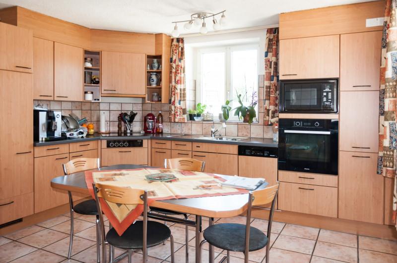 stattliches wohnhaus mit zwei 3 zimmer wohnungen. Black Bedroom Furniture Sets. Home Design Ideas